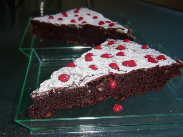Caprese con cioccolato fondente al 70%  e coulis al lampone