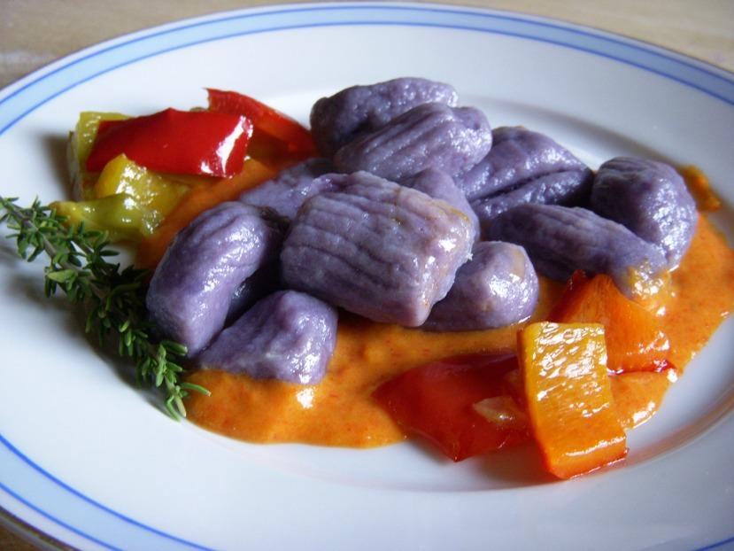 Crema di peperoni al timo con gnocchi di patate vitelotte