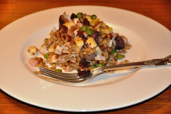 Insalata di pollo, prosciutto e farro
