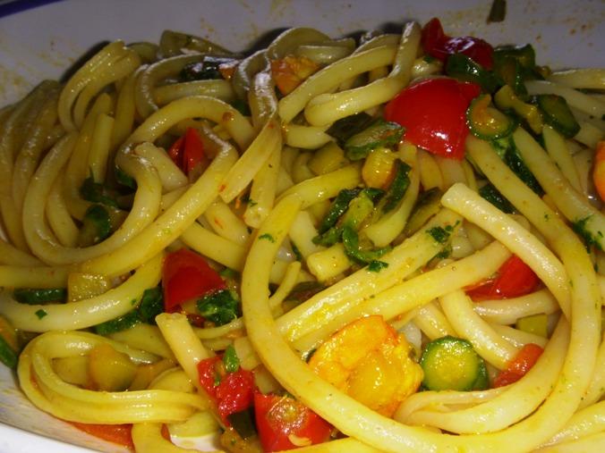 Maccheroni con gamberi, zucchine e pomodorini allo zafferano