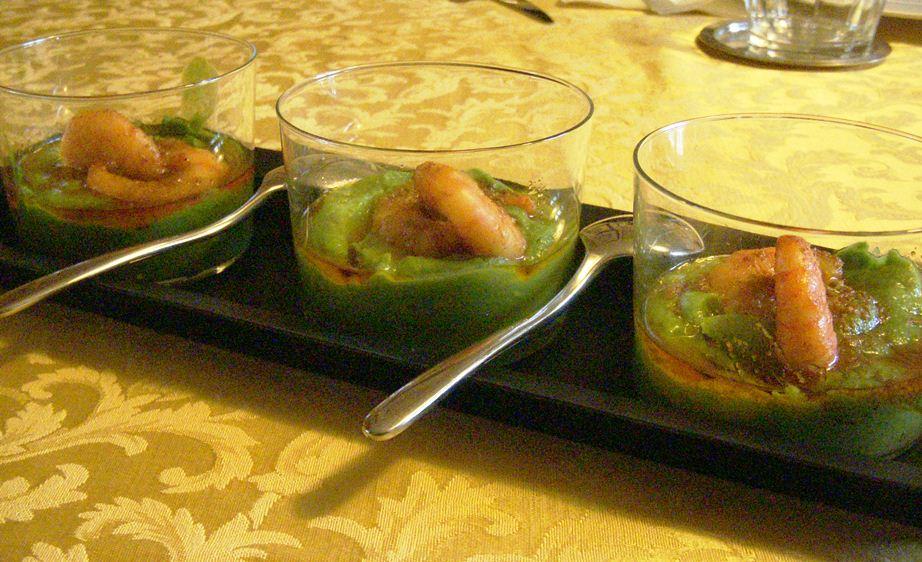 Passatina di broccolo romano e cime di rapa con gamberi al curry