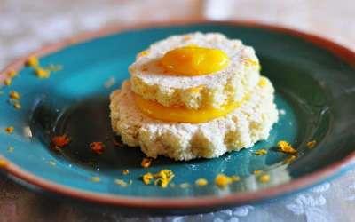 Tortino di pasta biscuit al cocco con zabajone all'arancia