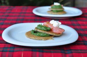 Blinis con crema di spinaci e salmone scozzese affumicato