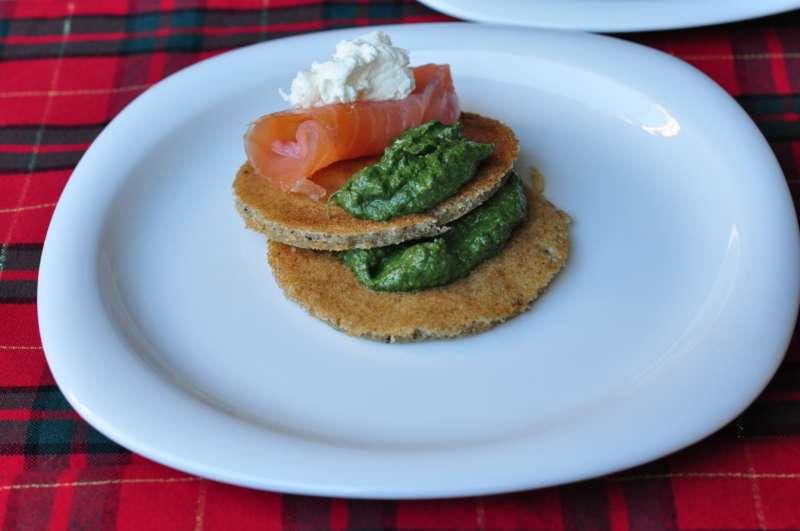 Blinis con crema di spinaci e salmone affumicato