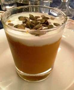 Cappuccino di zucca con stracciatella e semi croccanti di zucca