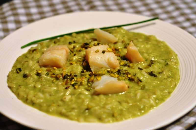 Riso Carnaroli autentico con clorofilla di erba cipollina, baccalà scottato e granella di pistacchi