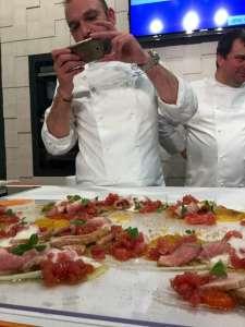 Lo chef Stefano De Gregorio fotografa il suo Vitello Tonnato