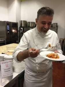 Lo chef Massimo Talia del ristorante Sveva di Termoli assaggia i piatti partecipanti alla gara