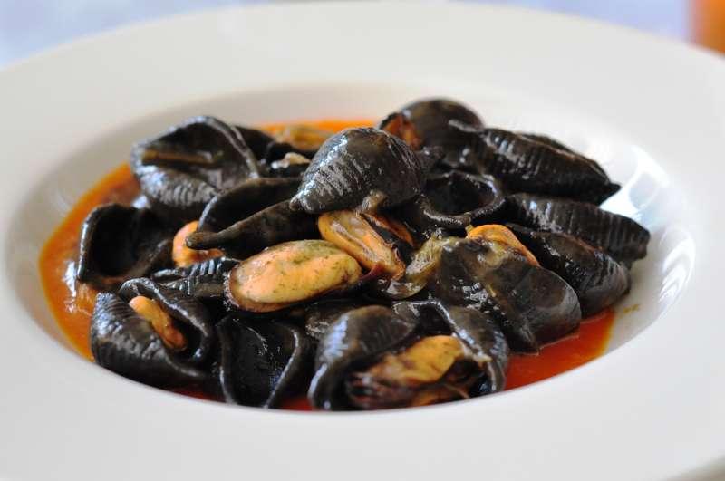 Conchiglie al nero di seppia con crema di peperoni e cozze