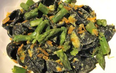 Conchiglie al nero di seppia con asparagi e bottarga di muggine