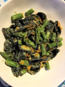 Conchiglie al nero di seppia con asparagi in tre consistenze e bottarga di muggine