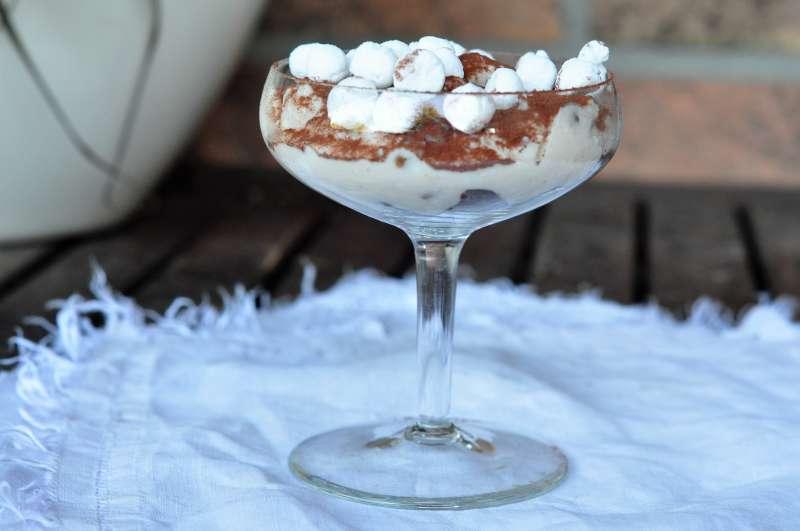 Coppa con crema ai marroni con crumble di castagne e meringhette