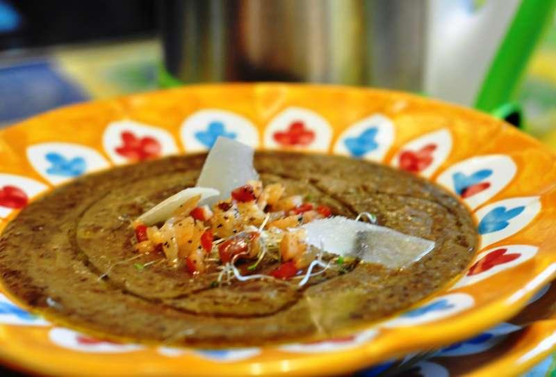 Crema di lenticchie verdi con guanciale croccante e germogli