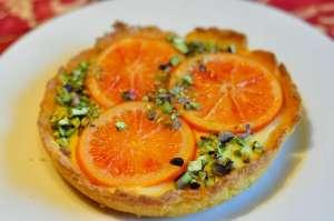 Crostata di fioretto di mais con  crema all'arancia e arancia caramellata