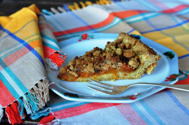 Crostata integrale alle albicocche caramellate con crumble