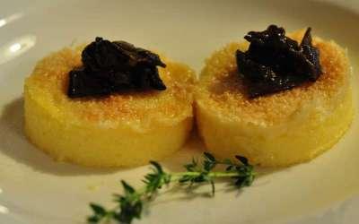 Crostini di polenta al formaggio con funghi chiodini