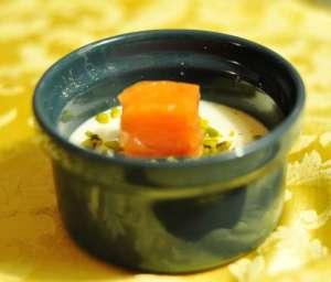 Cubotto di salmone affumicato su panna cotta al miele e Parmigiano Reggiano