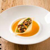 Cuppulella di Gragnano ripiena di carne Wagyu, zucca e piselli su vellutata di zucca