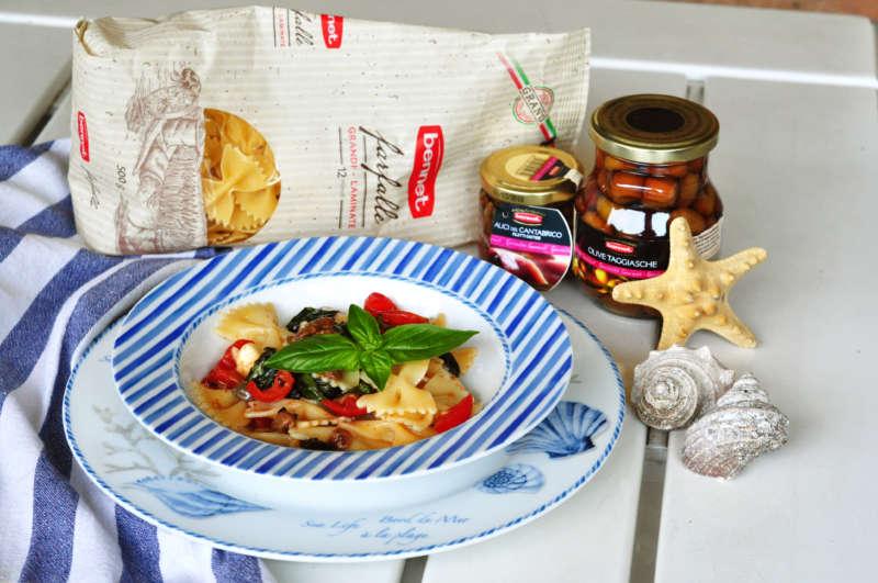 Farfalle fredde con mozzarella, acciughe, olive taggiasche e pomodorini, da mangiare sotto l'ombrellone