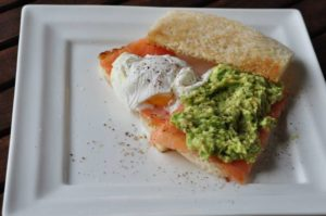 Egg Benedict con salmone affumicato e avocado