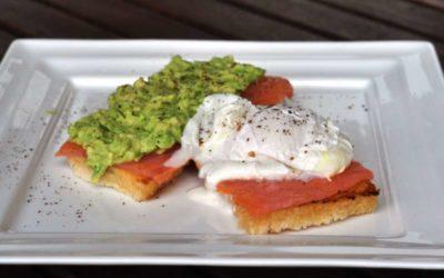 Eggs Benedict con salmone affumicato e avocado
