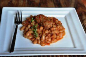 Fagioli e salsicce cotti a bassa temperatura nel CrockPot