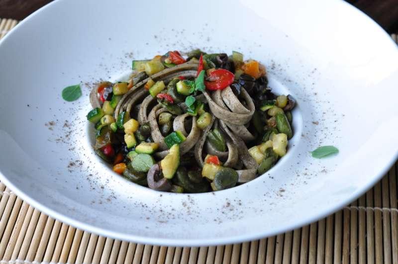 Fettucce alla canapa Del Duca con verdure estive, olive e maggiorana