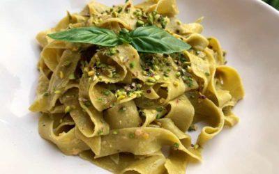 Fettuccine al pistacchio di Bronte DOP con salsa cruda di pomodorini gialli e granella di pistacchi di Bronte DOP