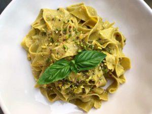 Fettuccine al pistacchio di Bronte DOP con salsa cruda di pomodorini gialli e granella di pistacchio di Bronte DOP