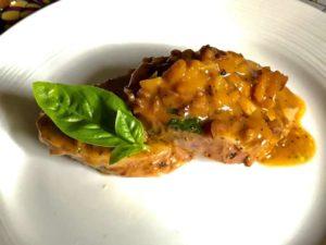 Filetto di maiale con Tantifrutti albicocche e pesche al basilico, albicocche secche, noci