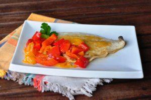 Filetto di orata con peperoni e pomodorini gialli