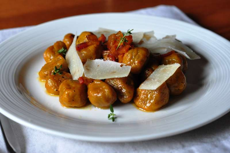 Gnocchi di patate e castagne con salsa al timo e zafferano, scaglie di pecorino sardo DOP e guanciale croccante