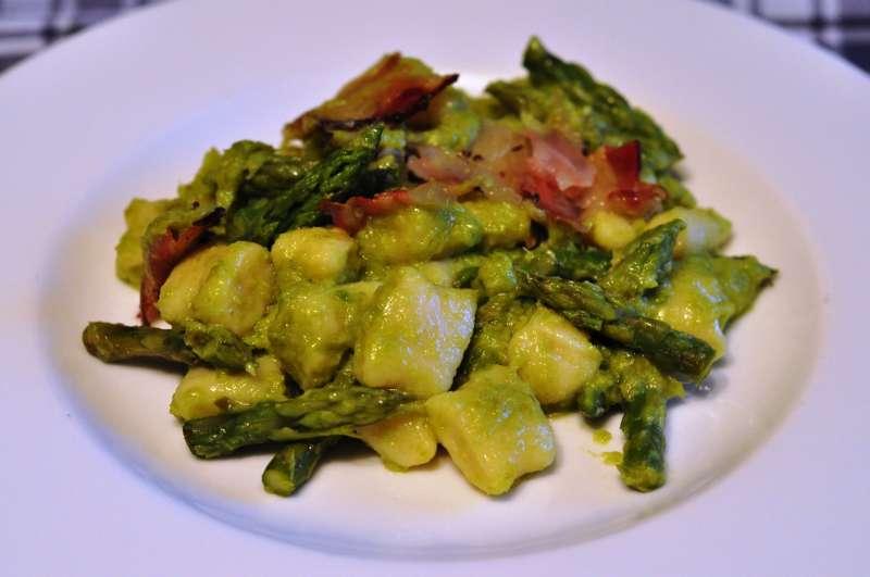 Gnocchi di patate con asparagi in due consistenze e pancetta croccante: un piatto per Cantine Aperte