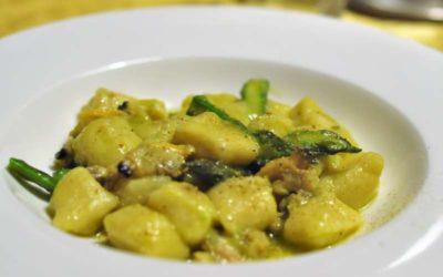Gnocchi di patate in zuppetta di asparagi e vongole