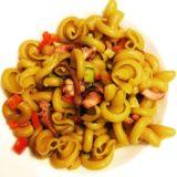 Gotici al curry con ciuffi di calamari e verdure saltate