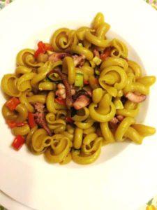 Gotici al curry del Pastificio Del Duca con ciuffidi calamari e verdure saltate