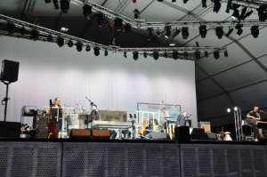 Il palcocon tutti i membri della band più un quartetto d'archi sullo sfondo