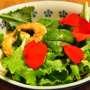 Insalata di gamberi e uova con misticanza e fiori