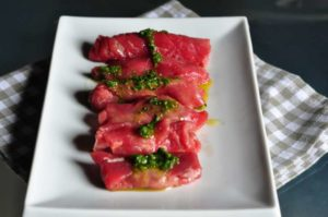 Involtini di carpaccio con crema ai pomodori secchi e salsa di erbe aromatiche