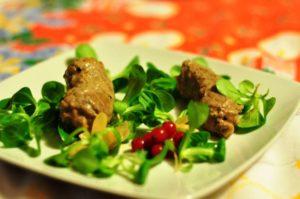 Involtini di vitello con senape rustica, erba cipollina e ribes