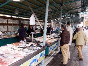 L'Isola di Pescheria a Treviso, dove ha sede il mercato giornaliero del pesce, dettaglio di un banco
