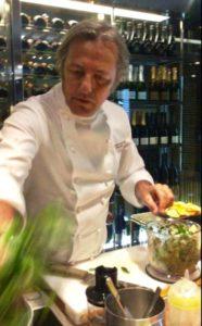 Filippo La Mantia prepara il pesto di agrumi