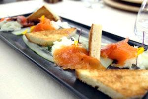 La trota dello Chalamy marinata da noi, spuma di cetrioli e yogurt bianco del caseificio Evan+ºon accompagnata dal pane semidolce tostato