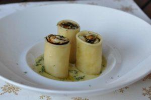 Paccheri ripieni di crema di patate ed erborinato all'aceto balsamico su crema di porri al timo