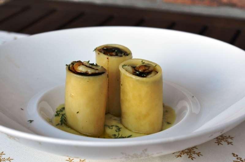 Paccheri ripieni di erborinato Blue Dessert al balsamico e patate su crema di porri al timo