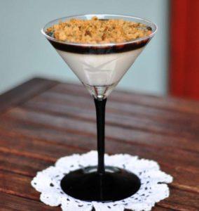 Panna cotta alla vaniglia con gelatina al caffè e crumble di frolla