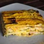 Fetta di parmigiana di zucchine in bianco