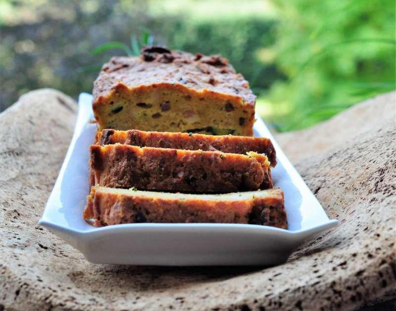 Plum cake con zucchine, ricotta e pancetta