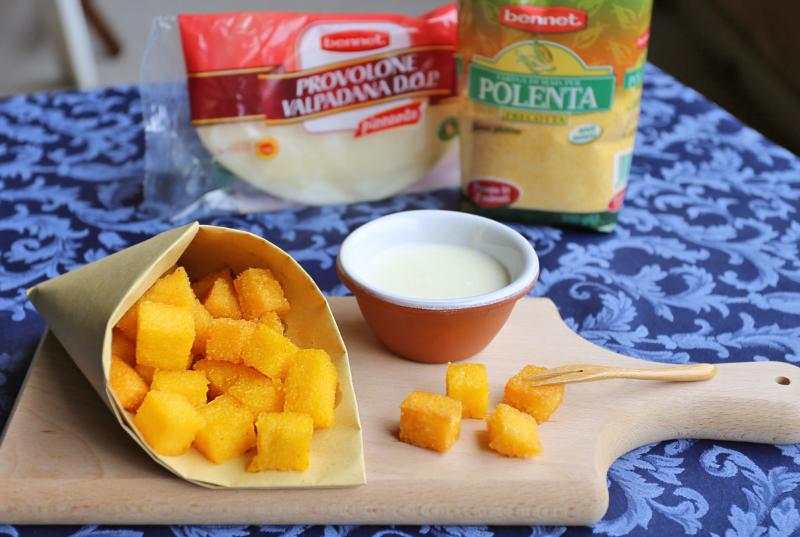 Cubetti di polenta fritta con crema di formaggi:  uno spuntino delizioso per la festa del papà