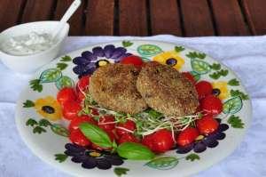 Polpette di melanzane e fagioli rossi con salsa allo yoghurt greco ed erba cipollina